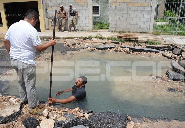 Un error de la constructora dejó sin agua a vecinos de decenas de colonias meridanas el pasado miércoles. (Victoria González/SIPSE)