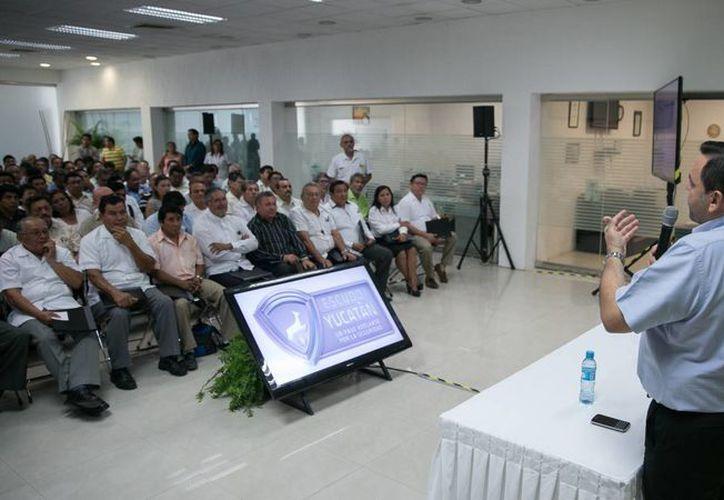 El secretario General de Gobierno, Roberto Rodríguez Asaf, durante su explicación del programa Escudo Yucatán. (Fotos cortesía del Gobierno de Yucatán)