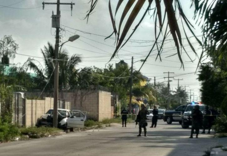 El vehículo terminó impactado contra un poste. (Redacción/SIPSE)