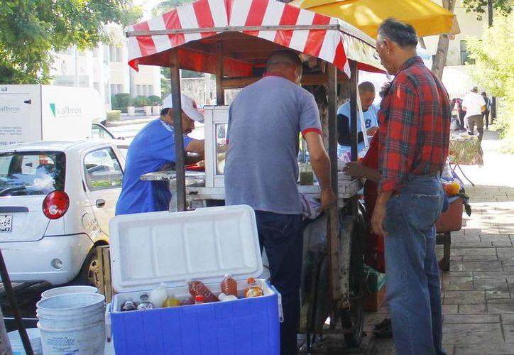 Los vendedores informales aumentan en los días cercanos a Fieles Difuntos y Navidad. (Milenio Novedades)