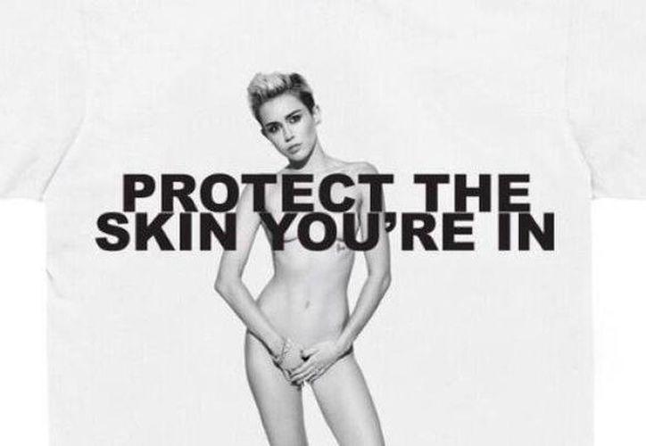 Marc Jacobs reclutó a Miley Cirus para posar en su campaña a favor de los enfermos de cáncer de piel. (Agencias)