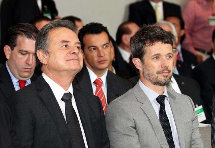 El secretario de Energía dijo que el modelo energético de Dinamarca es un modelo para México. En la imagen, junto al príncipe danés Frederik. (Notimex)