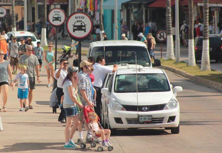 Los taxis de Cozumel que no pasen la revisión este año ya no podrán dar servicio al público. (Gustavo Villegas/SIPSE)