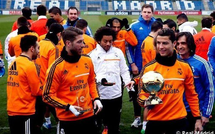 """""""CR7"""", ganador absoluto en la Gala del Balón del Oro, acudió el martes a la práctica del real Madrid con el galardón en mano. (realmadrid.com)"""