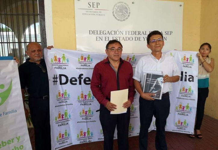 Integrantes de la Unión Nacional de Padres de Familia, en la SEP. (Foto: Milenio Novedades)