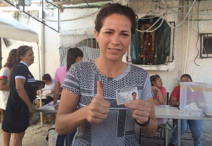 Iris Mora acudió a votar acompañada de la senadora del PRD, Luz María Beristain Navarrete. (Teresa Pérez/SIPSE)