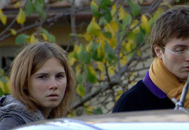 Foto de Amanda Knox y Raffaele Sollecito en el 2007 saliendo de la casa que compartían con la estudiante muerta Meredith Kercher en Perugia, Italia. (Agencias)