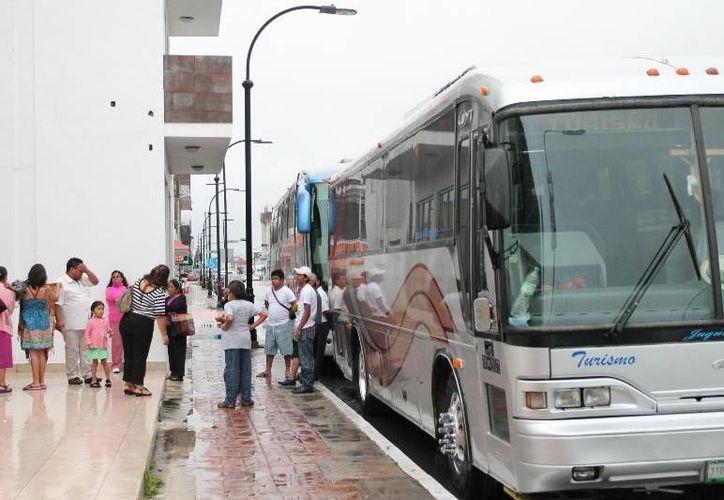 Autobuses con viajeros de Yucatán y Tabasco intentaron realizar actividad, pero el mal tiempo alcanzó incluso el duty free beliceño. (Ernesto Neveu/SIPSE)