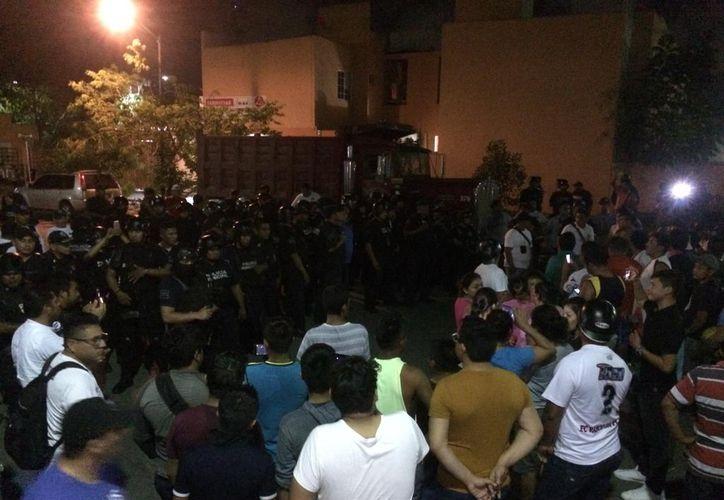 Policía municipales llegaron a la zona tras un llamado de auxilio. (Redacción/SIPSE)