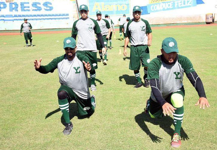 Dos días lleva la pretemporada de los Leones de Yucatán en el Parque 'Kukulcán Álamo', donde  trabajan los lanzadores melenudos.(Milenio Novedades)