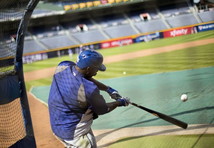 El jugador de los Dodgers de Los Ángeles Yasiel Puig batea en una práctica el miércoles 2 de octubre. (Agencias)