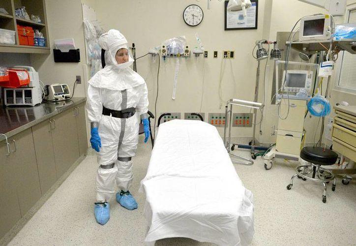 La jefa de efermeras Staff Nurse Tracie Sowinski, del Centro Universitario Medico de Agusta, Georgia, muestra a su personal (no aparece en la imagen) cómo manejar a los enfermos de ébola. Foto de contexto. (AP)