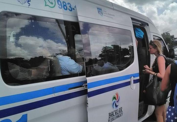 Hoteleros y taxistas garantizan el servicio a los visitantes que desean continuar su paseo hacia Mahahual. (Javier Ortiz/SIPSE)