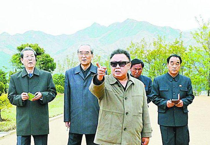 El fallecido Kim Jong-il, padre del hoy presidente, era experto del 'alarde'. (REUTERS)