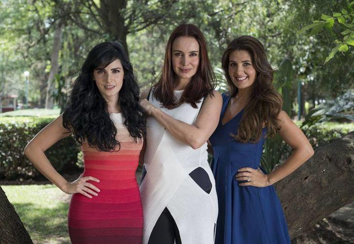 Ximena Herrera, Alejandra Barros y Mayrín Villanueva fueron presentadas por el productor Carlos Moreno como las nuevas 'Mujeres de Negro' del Canal de las Estrellas. (Notimex)