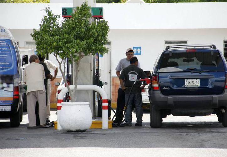 En algunas gasolineras de la ciudad la demanda del servicio es elevada. (Milenio Novedades)