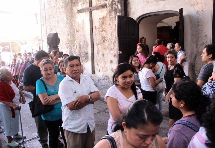 En Mérida llamó la atención la gran cantidad de personas que formaron largas filas para cumplir con su objetivo de confesión. (Jorge Acosta/SIPSE)