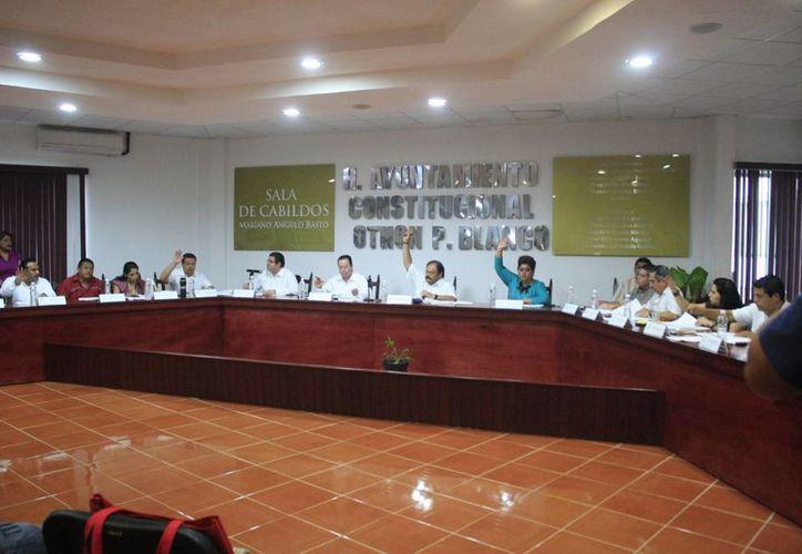 Los integrantes del cabildo sostuvieron una reunión con el tesorero municipal, César Euan Tun y el secretario general, Jorge Aguilar Cheluja. (Harold Alcocer/SIPSE)