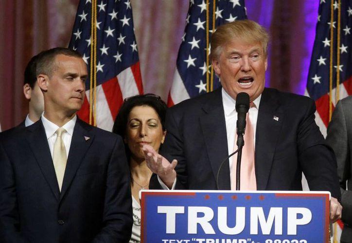 Fotografía de archivo en la que aparece Donald Trump y Corey Lewandowski, quien era su jefe de campaña. (Agencias)