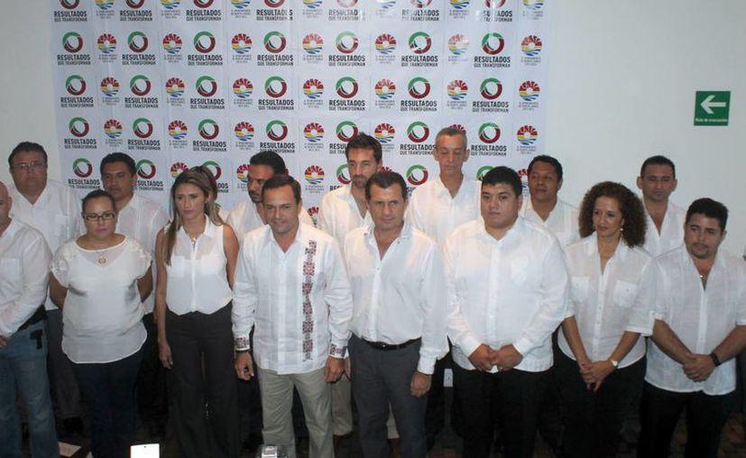 El presidente municipal electo acompañado por el gabinete. (Israel Leal/SIPSE)