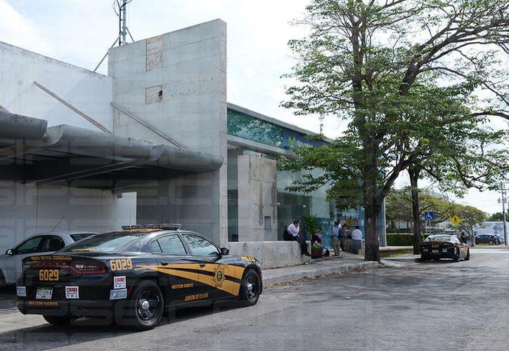 La policía llegó para recabar datos sobre el atraco. (Victoria González/SIPSE)