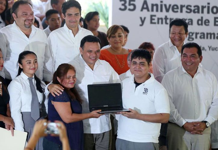 376 alumnos del tercer semestre de diversos planes de estudio recibieron equipos portátiles de cómputo por parte del gobierno estatal. (Milenio Novedades)