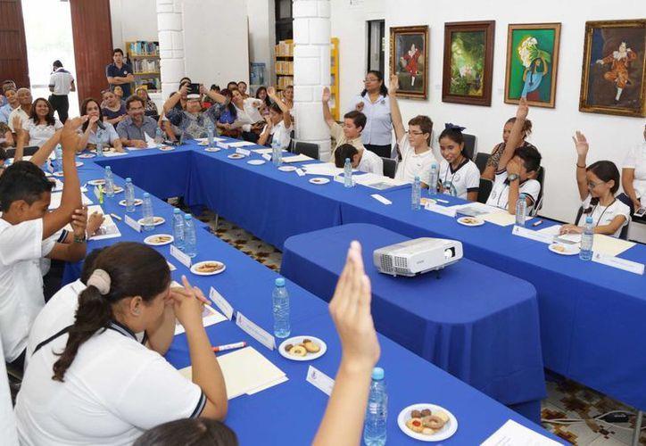 Por decisión de los integrantes del Consejo de participación Infantil del Municipio los nombres de la cebra y jirafas de zoológicos de Mérida serán 'Eclipse' y 'Chouac'kal'. (Foto cortesía del DIF)