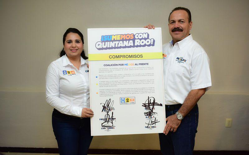 Julián firmó la carta junto a la candidata a senadora Mayuli Martínez. (Foto: Redacción)