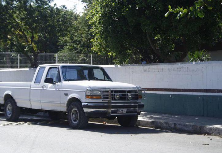 En Internet circuló una fotografía en la que supuestamente robaban a infantes en una camioneta blanca. (Octavio Martínez/SIPSE)