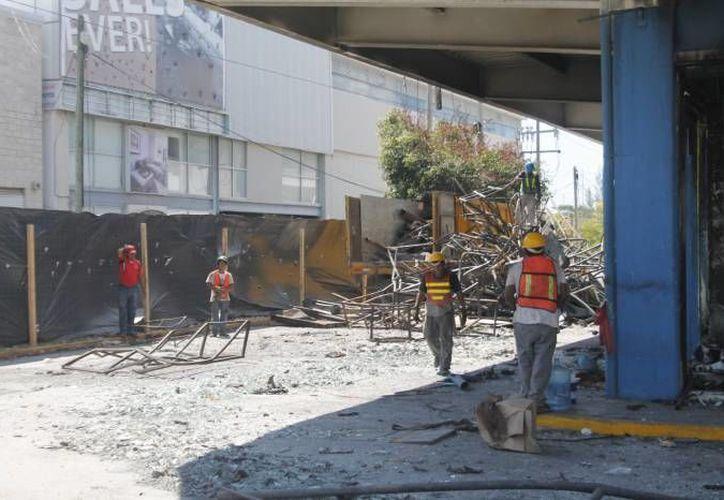 Los trabajadores continúan removiendo los escombros del local. (Archivo/SIPSE)