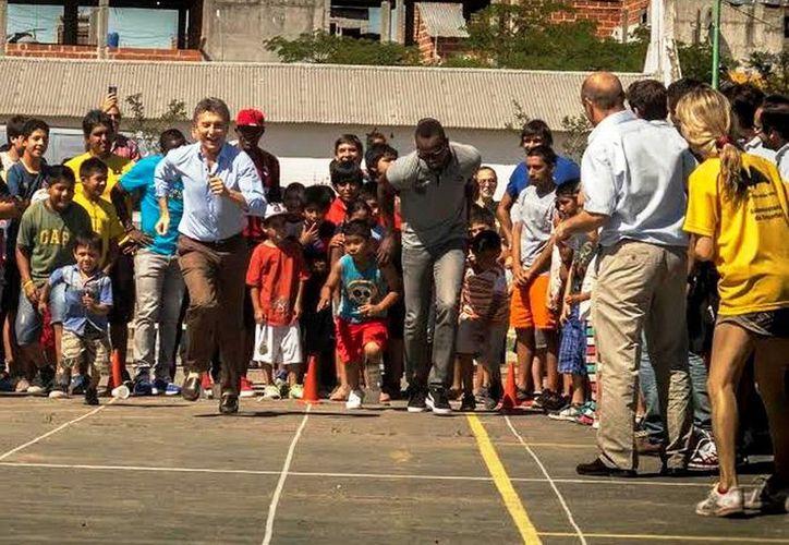 """El alcalde Buenos Aires, Mauricio Macri (i), declaró """"huésped de honor"""" al medallista Usain Bolt, en un evento realizado en Los Piletones. (buenosaires.gob.ar)"""