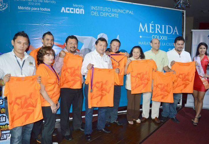 Miembros del comité organizador del Maratón de la Cd. de Mérida. (Milenio Novedades)