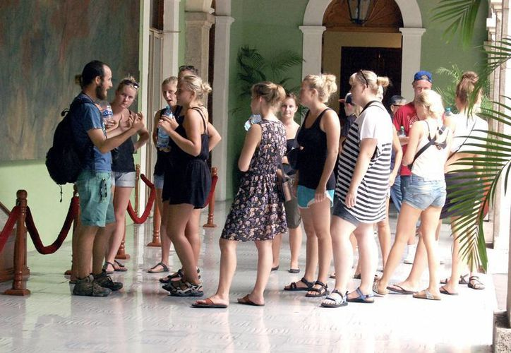 Decenas de paseantes conocen los murales del Palacio de Gobierno en Mérida. (Milenio Novedades)