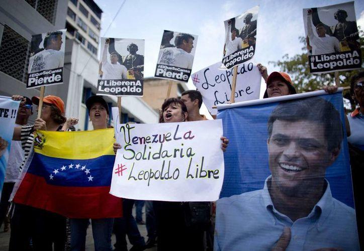 Leopoldo López es acusado por el gobierno venezolano de instigar violentas protestas en 2014 en Caracas. Este jueves, un hombre falleció en una refriega registrada en una concentración realizada en apoyo a López. (AP)