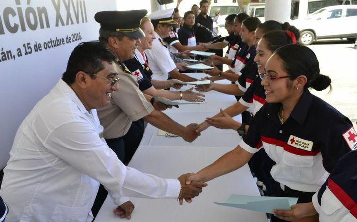 Los nuevos Técnicos en Urgencias Médicas (TUM) de la Cruz Roja Mexicana delegación Yucatán, reciben sus constancias.(Daniel Sandoval/SIPSE)