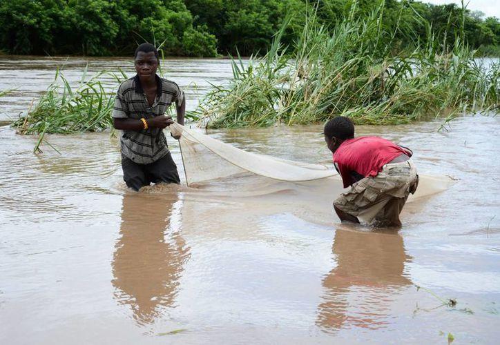 En Mozambique, un río se desbordó y alcanzó su más alto nivel desde una inundación registrada en 1971. (AP)