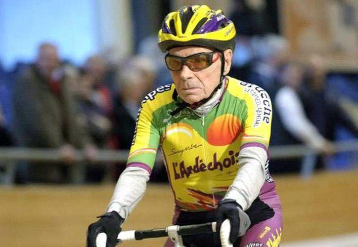 El francés Robert Marchand, de 105 años de edad, impuso una nueva marca en el ciclismo para personas que tienen más de 100 años. (Foto tomada de Marca.com)