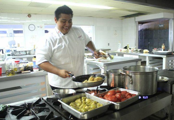 El joven Enrique Rojo Ríos participará en el Master Chef. (Sergio Orozco/SIPSE)