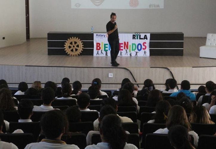 En el lugar estuvieron presentes cerca de 200 estudiantes provenientes de escuelas privadas y públicas. (Adrián Barreto/SIPSE)