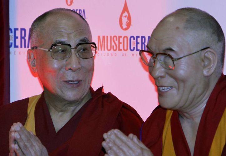 El Dalai Lama (i) junto a su réplica en el Museo de Cera de la Ciudad de México. (Agencias)