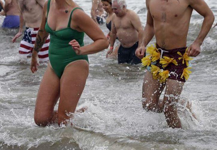 La temperatura en la costa de Coney Island era de unos 4 grados celsius al meterse los bañistas al mar. (Agencias)