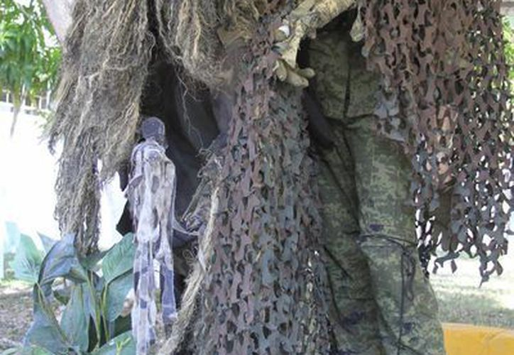 Un traje ghillie o yowie es un tipo de prenda empleada para camuflarse en un entorno específico, asemejándose a un denso follaje. (Harold Alcocer/SIPSE)