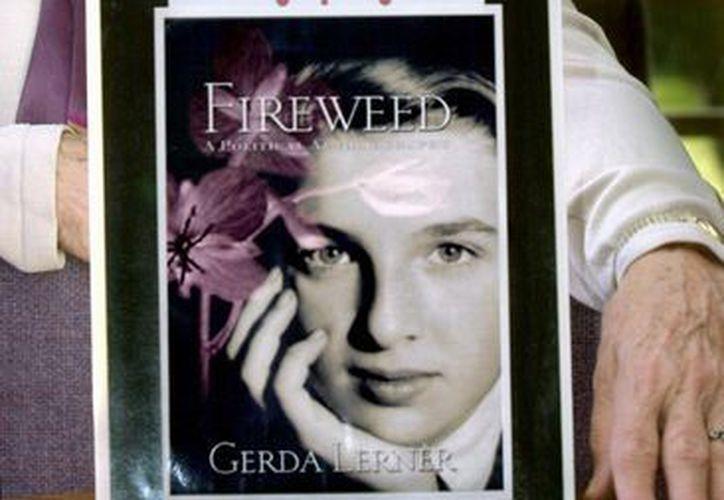 Gerda Lerner  posa con una imagen de su autobiografía, Fireweed. (Agencias)
