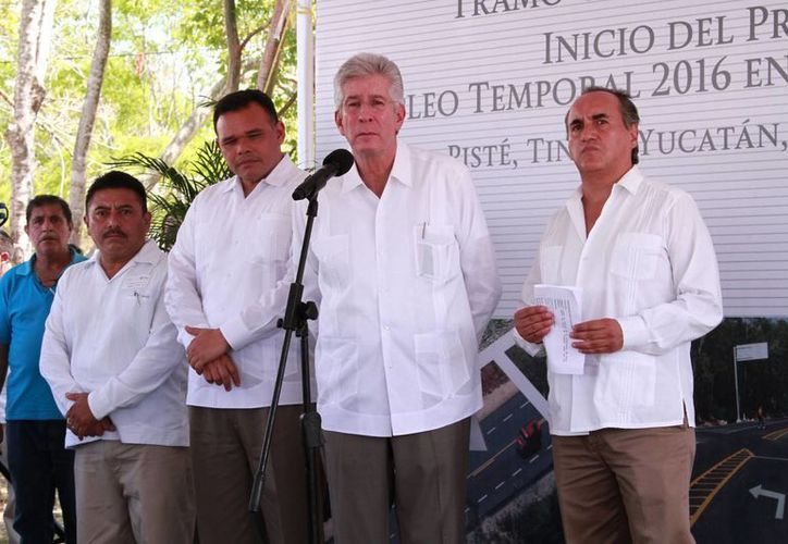 Gerardo Ruiz Esparza, titular de la SCT, al inaugurar la modernización de la carretera Chichén Itzá-Valladolid y el  inicio del Programa de Empleo Temporal 2016. (Jorge Acosta/Milenio Novedades)