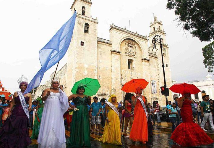En el marco de la conmemoración del Día Nacional de Lucha contra la Homofobia, los Gobiernos federal y estatal fortalecen políticas públicas para evitar cualquier tipo de discriminación por preferencia sexual. En la foto, manifestación pacífica en Mérida. (Fotos cortesía del Gobierno de Yucatán)