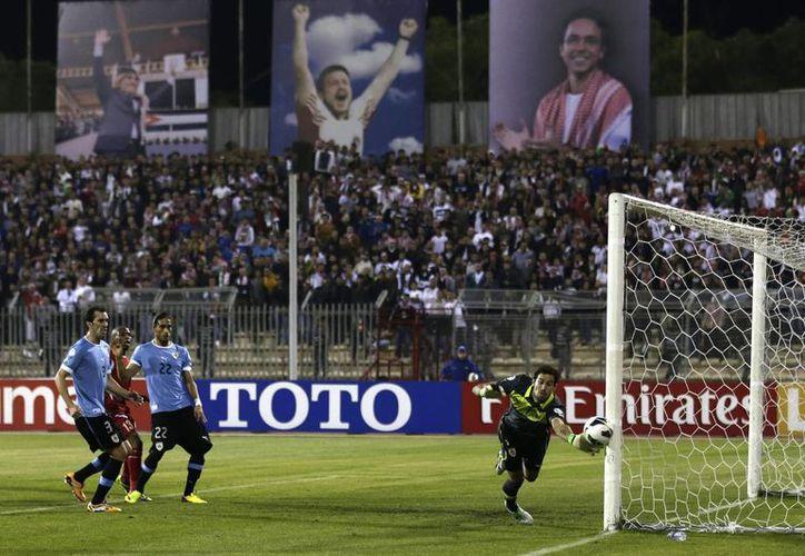 Martín Silva, portero de Uruguay, evita un gol en una de las pocas aproximaciones de Jordania. (Agencias)