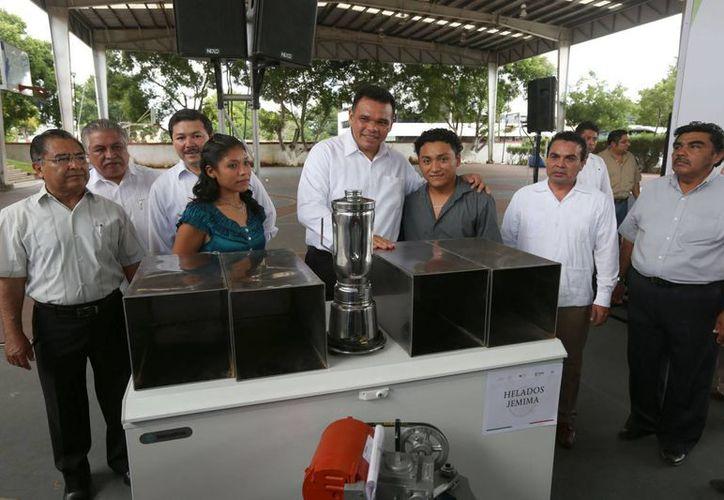 Entre sus actividades, el gobernador Rolando Zapata Bello entregó apoyos para fomentar el autoempleo en Yucatán. (SIPSE)