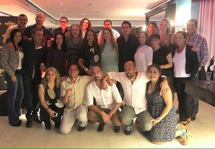 Yolanda Andrade compartió esta foto en su red social en donde se le ve con parte del elenco y algunos invitados a la presentación. (Cortesía/@yolandandrade)