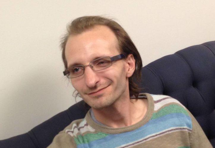 Christopher Knafelc no dudó un momento en ayudar a otro hombre que había caído a las vías del metro. (Agencias)