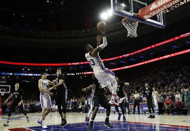 Momento en que Covington anota y da el gane a 76ers sobre Timberwolves. (AP)
